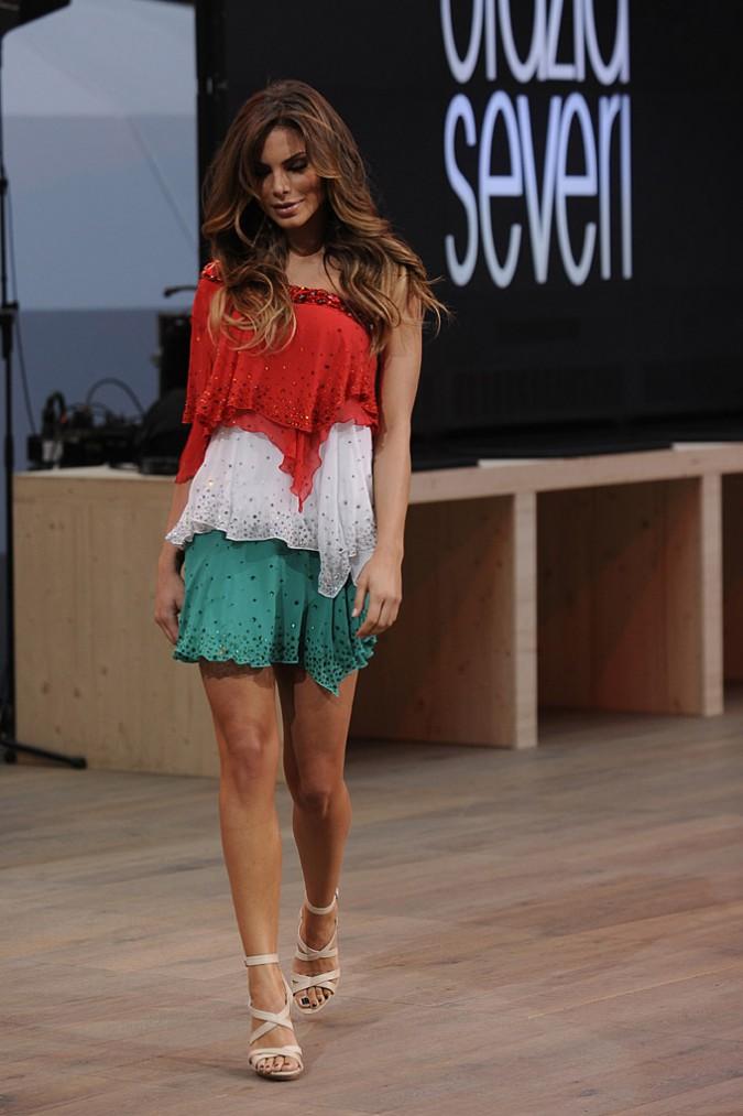 Nina Senicar sfila in abito tricolore per Francesca Severi