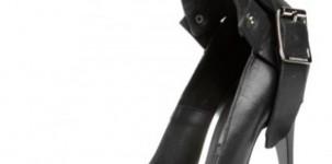 Burberry: décolleté nero stile militare con fibbia della collezione PE 2011