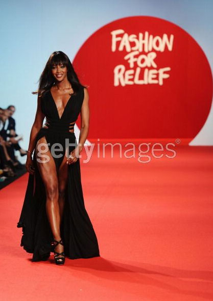 Naomi Campbell indossa Zefira by Jimmy Choo all'evento charity di Cannes