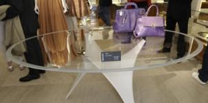Il tavolo Arc by Molteni & C presentato nello store Ferragamo
