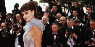 """L'attrice Penelope Cruz indossa il modello """"Vita"""" by Jimmy Choo in glitter multicolor in occasione della première del film Pirati dei Caraibi."""