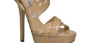 """Il sandalo """"Louisa"""" della collezione Choo 24:7 by Jimmy Choo, indossato da Scarlett Johansson"""