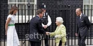 La first lady Samantha Cameron, il primo ministro inglese, la regine Elisabetta e il principe Filippo a Downing Street