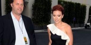 Scarlett Johansson indossa scarpe e pochette Jimmy Choo