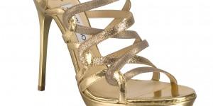 La scarpa Dart (modello gold mirror leather glitter) by Jimmy Choo indossato da Elizabeth Hurly al White Tie and Tiara Ball organizzato da Elton John