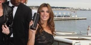 """Elisabetta Canalis indossa il sandalo """"New Lancer"""" by Jimmy Choo e pochette Cosma in occasione del party organizzato a Cannes da Roberto Cavalli."""