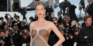 "La top model Eva Riccobono indossa il sandalo ""Louisa"" by Jimmy Choo in occasione della première del film ""The Breaver"" al Festival di Cannes"