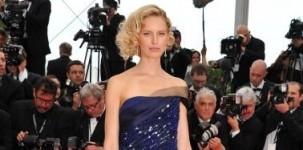 """Karolina Kurkova indossa il modello """"Louisa"""" by Jimmy Choo in occasione della cerimonia d'apertura del festival del cinema di Cannes"""