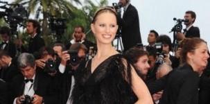 """Karolina Kurkova indossa il modello """"Emily"""" by Jimmy Choo in occasione della première del film Pirati dei Caraibi, al festival del cinema di Cannes"""