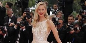"""Karolina Kurkova indossa il sandalo """"Louisa"""" by Jimmy Choo in occasione della cerimonia di chiusura del Festival di Cannes"""
