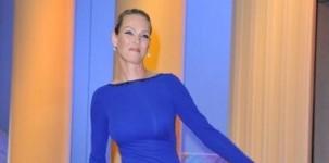 """L'attrice Uma Thurman indossa il sandalo silver """"Paxton"""" della collezione Jimmy Choo 24/7 alla cerimonia di chiusura del Festival di Cannes"""