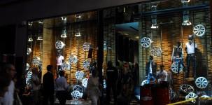 VFNO Vogue Fashion Night Out con Dean e Dan Caten dedicata alla MINI: vetrine della boutique Dsquared2 in via Verri 4 (Milano)