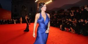 Manuela Arcuri sul red carpet della Mostra del Cinema di Venezia (foto ASAC)