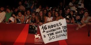 Fan in attesa di Madonna assiepati lungo il red carpet della Mostra del Cinema di Venezia (foto ASAC)