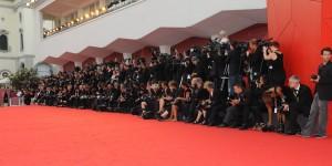 Fotografi assiepati lungo il red carpet della Mostra del Cinema di Venezia (foto ASAC)