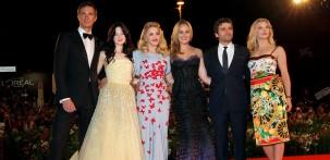 """Madonna con il cast del film """"W.E."""" sul red carpet della Mostra del Cinema di Venezia (foto ASAC)"""